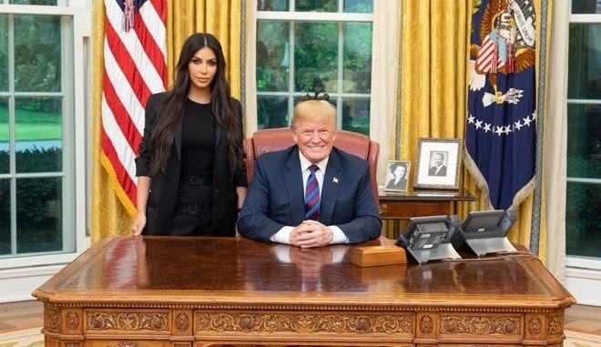 """""""Υπέροχη"""" συνάντηση στον Λευκό Οίκο: Ο Τραμπ υποδέχτηκε την Κιμ Καρντάσιαν"""