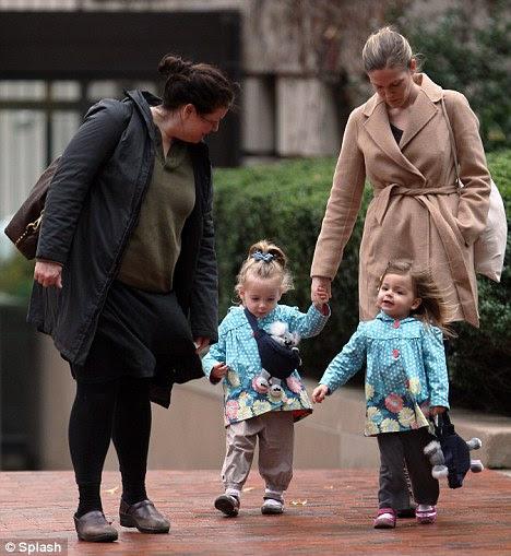 Impossivelmente bonito: os gêmeos de SJP Marrion e Tabitha parecia adorável em suas capas de chuva correspondência