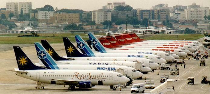 O  Aeroporto de Congonhas, em São Paulo, está próximo de seu limite de  operação. Na foto, 11 aeronaves no pátio, 5 em fila de espera para  decolagem e 1 aterrisando. (www.portalbrasil.eti.br)