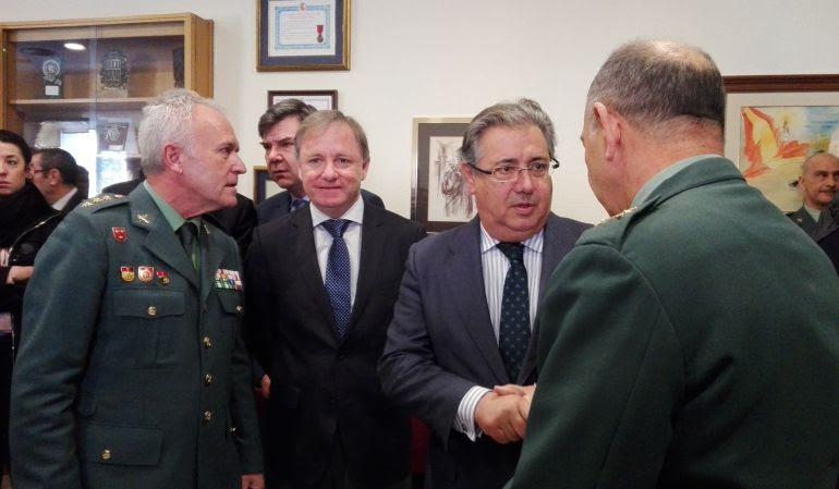 El ministro del Interior, Juan Ignacio Zoido, ha agradecido a los agentes de la Comandancia de la Guardia Civil de Alicante su labor en el temporal