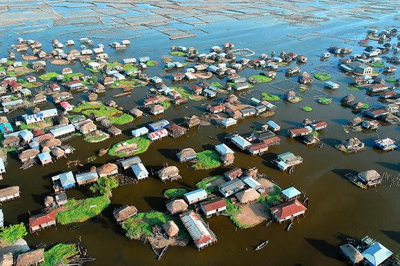 perierga.gr - Χωριά που επιπλέουν στο νερό!