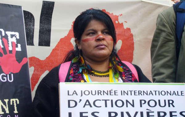 A Sônia Guajajara exigiu que o governo brasileiro e as empresas GDF Suez, EDF e Alstom parem de construir barragens destrutivas.