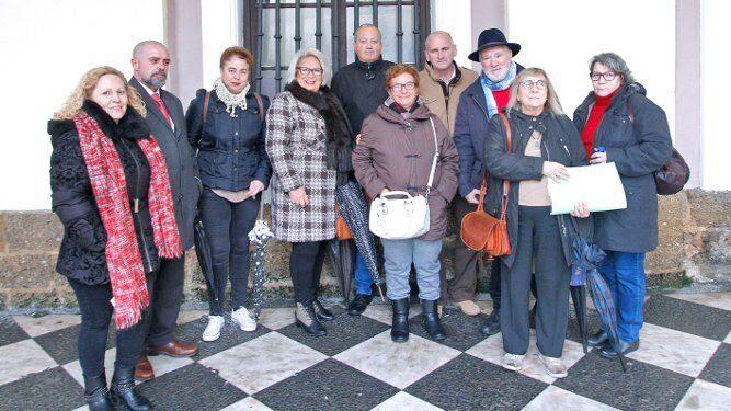 Miembros de la asociación de vecinos Cádiz Centro acompañados por representantes de otras entidades vecinales, en el Ayuntamiento.