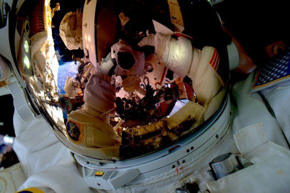 Kelly se hace un selfie durante la EVA 32 (NASA).