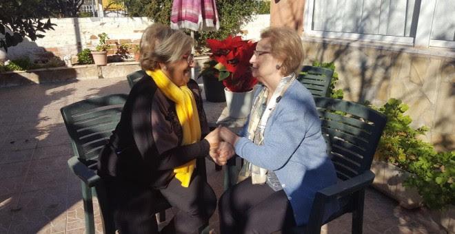Guillermina Fernández (izquierda) y Carmen García Palenzuela (derecha), dos hermanas que se conocen tras 69 años en los que la una no sabía de la existencia de la otras.- MEMORIA PÚBLICO (PÚBLICO)
