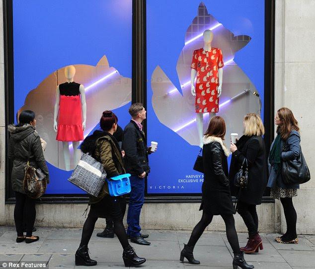 `Shoppers admirar a exibição fora da loja de departamento antes de ser permitido dentro para ver os vestidos para si