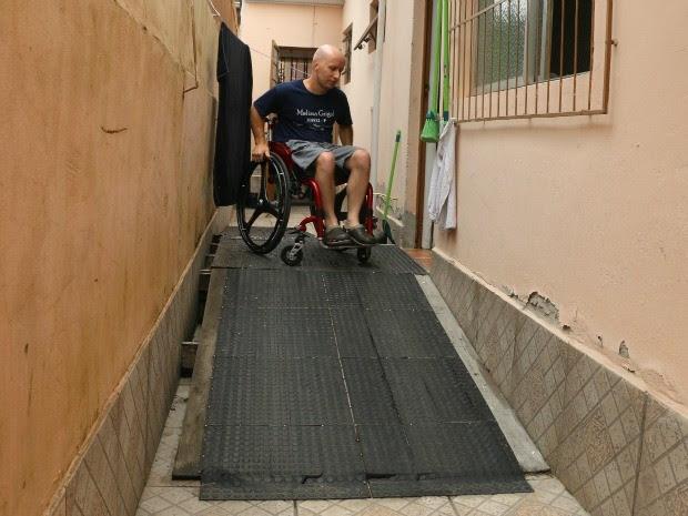 Rampa foi colocada no pátio para Leandro entrar em casa (Foto: Felipe Truda/G1)