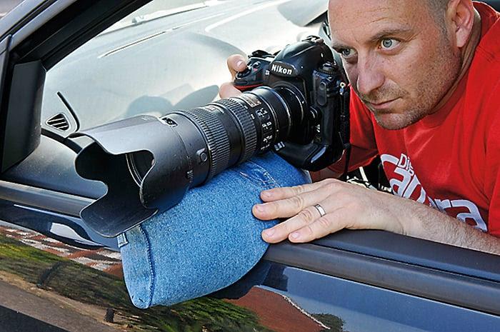 Hombre sobre un carro con la bolsa de lentejas debajo de su cámara (Hacks de cámara)
