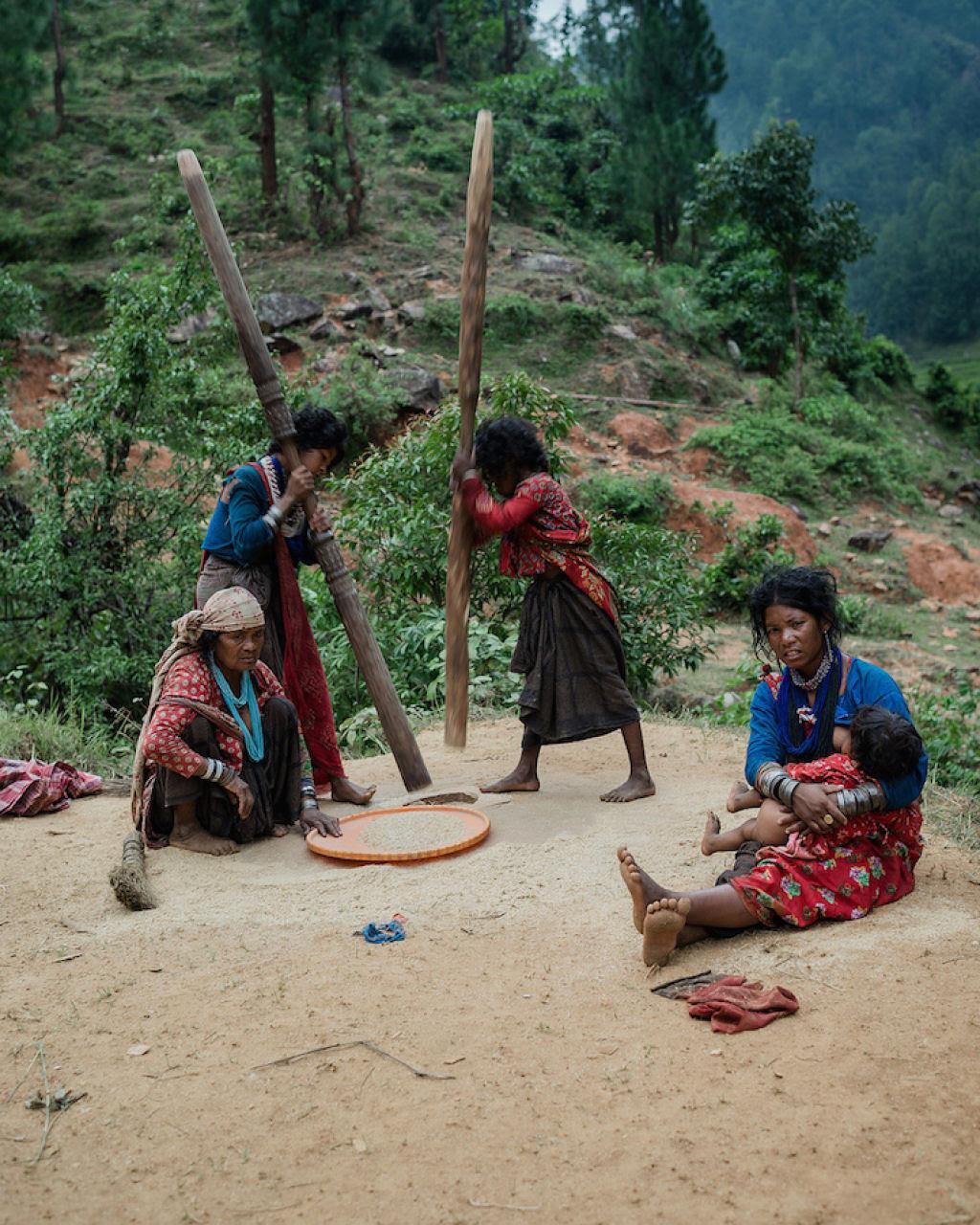 Fotógrafo documenta os últimos caçadores-coletores de tribo do Himalaia 16