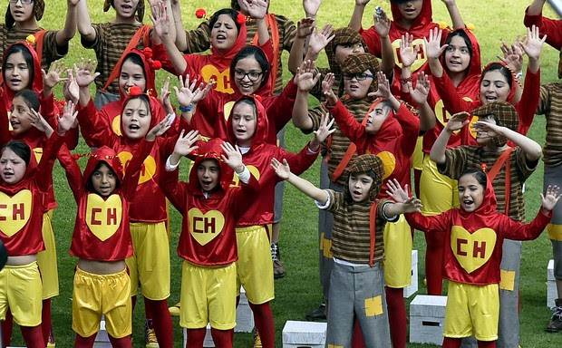 Crianças no velório de Roberto Bolaños (Foto: Alfredo Estrella/AFP)