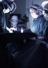 Fotografía de doctores realizando una operación