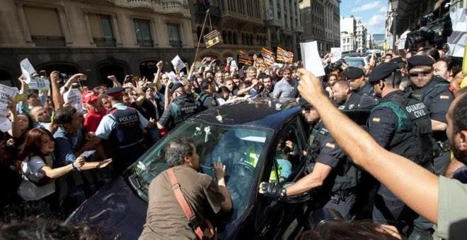 Moments de tensió entre la Guardia Civil i ciutadans en acció de protesta a la Via Laietana