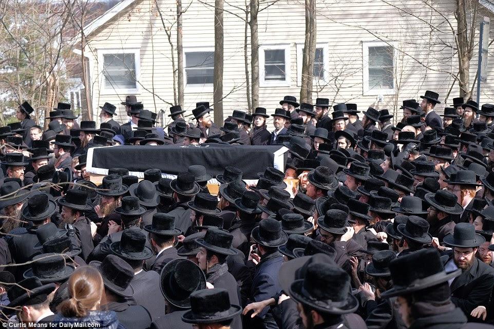Les personnes endeuillées remplissaient les rues alors que le corps de Hager était enterré le jour même de sa mort, conformément à la tradition juive
