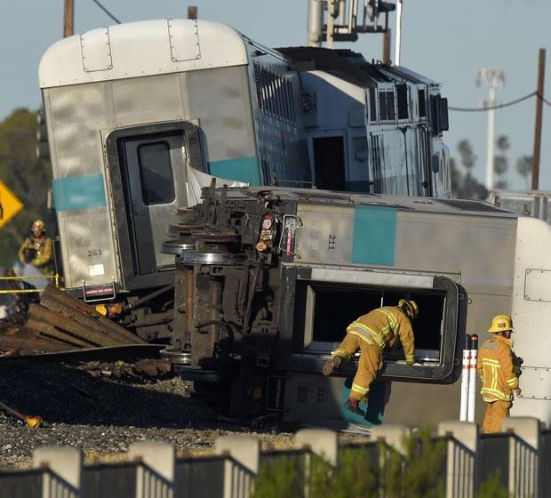 Bombeiro entra em vagão descarrilado em Oxnard, Califórnia (Foto: AP)