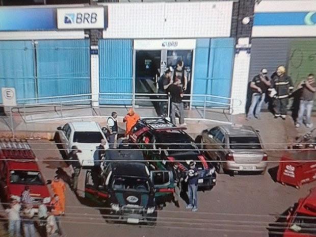 Policiais em frente à agência bancária onde funcionários foram feitos reféns em Brasília (Foto: TV Globo/Reprodução)