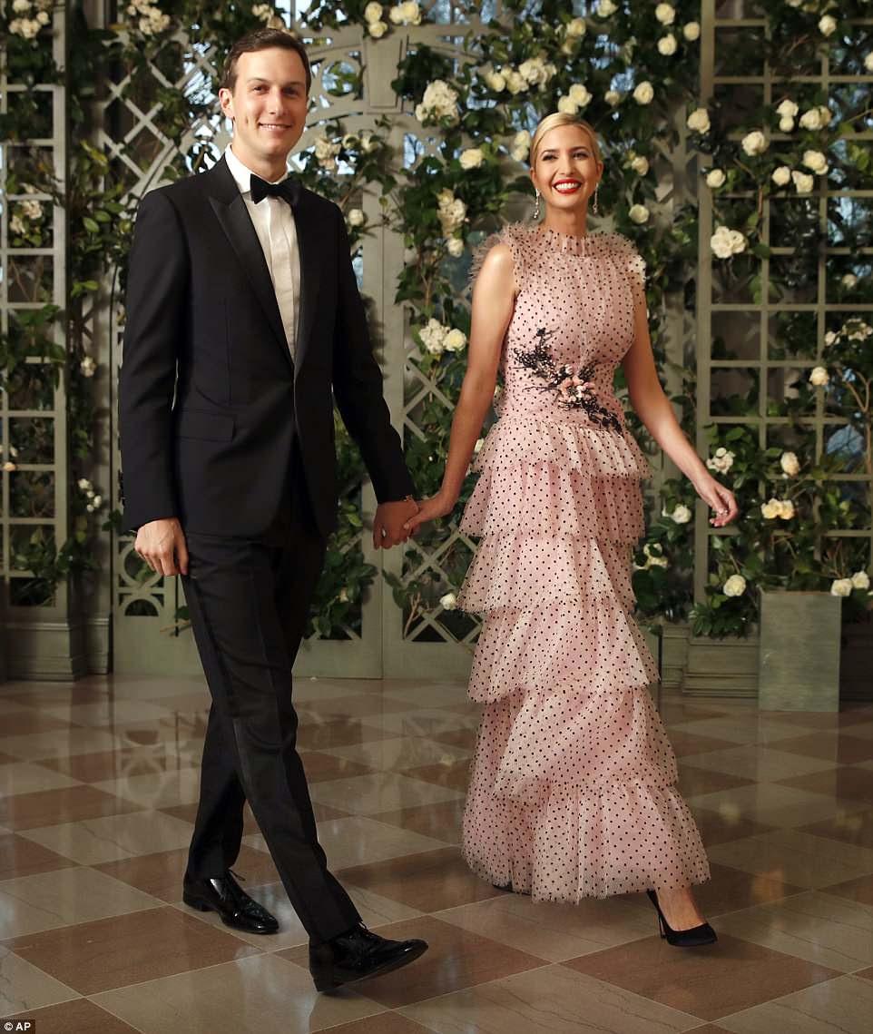 A primeira filha Ivanka Trump e o marido Jared Kushner chegaram ao jantar de estado da Casa Branca na noite de terça-feira homenageando o presidente francês Emmanuel Macron.  Ivanka usava um vestido Rodarte de tule rosa de US $ 13.686 para a ocasião