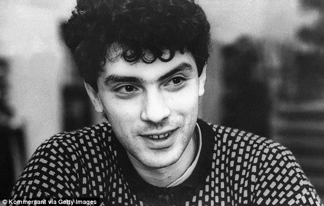 Nemtsov estudió física en la Universidad Estatal de Gorki y obtuvo un doctorado en Física y Matemáticas, en la foto durante su tiempo estudiando