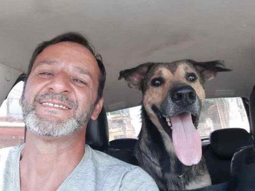 Usó su camiseta para parar el sangrado y rescatar a un perrito lesionado que halló en la calle