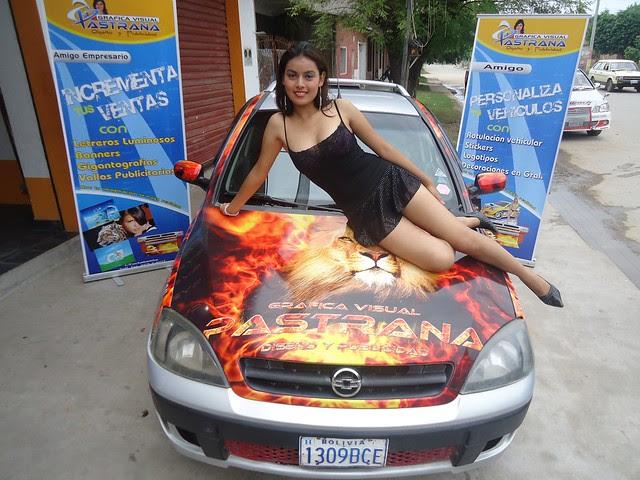 Tatiana Ruiz, Srta. Frontera Bermejo, recostada sobre un auto