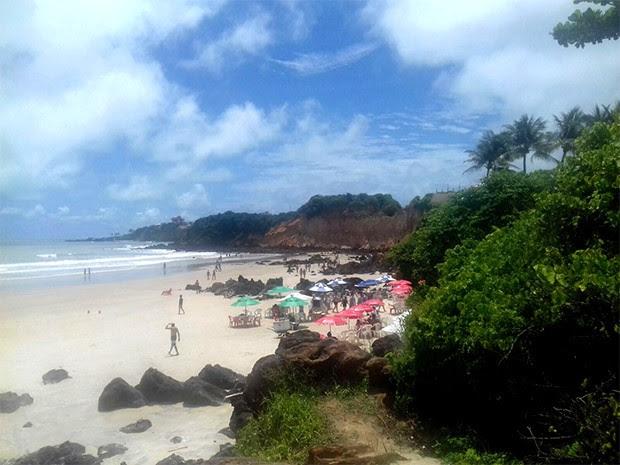 Corpo foi encontrado em meio às falésias de Cotovelo, praia do litoral Sul potiguar (Foto: Anderson Barbosa/G1)