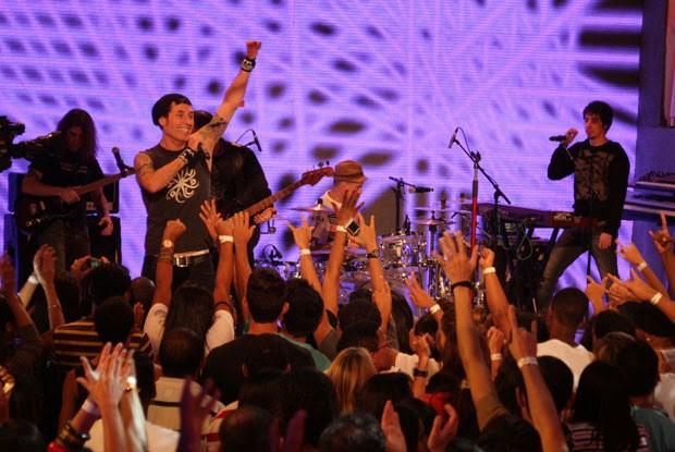 A banda Capital Inicial faz a galera dançar ao som do rock (Foto: TV Xuxa/TV Globo)