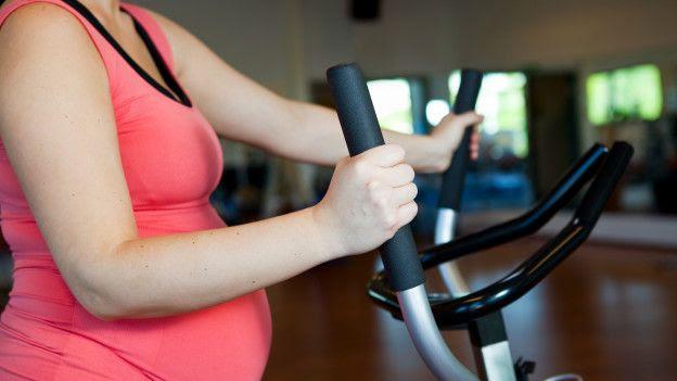 Mujer ejercitándose en el gimnasio