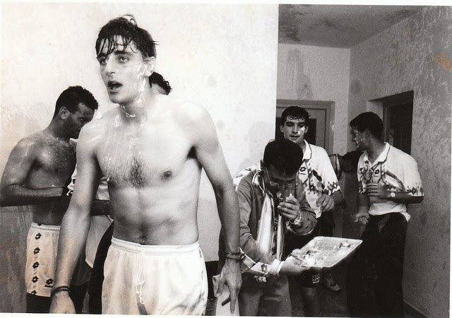 Jugadores del CD Toledo celebran la victoria tras el partido del ascenso a Segunda División C.D. Toledo-Real Jaén temporada 1992/93 © Fotografía de Carlos Monroy