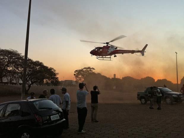 Helicóptero do Corpo de Bombeiros chega ao estádio Nacional Mané Garrincha para resgatar funcionários feridos em acidente nesta segunda-feira (6) (Foto: Káthia Mello/G1)