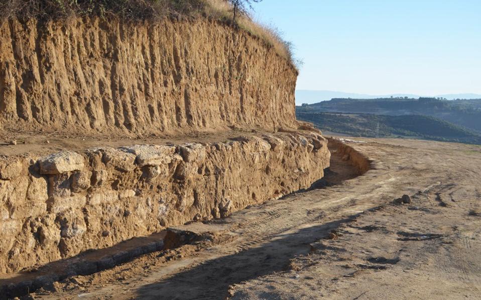 Γενική άποψη από τον ταφικό περίβολο που αποκαλύφθηκε στον Τύμβο Καστά στις Σέρρες.