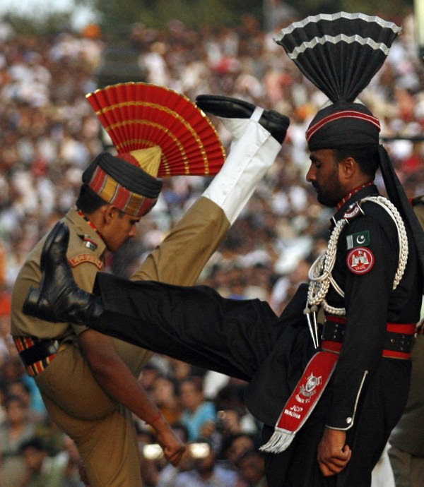 Image: Pakistani Ranger and Indian BSF officer goose-step at Wagah border