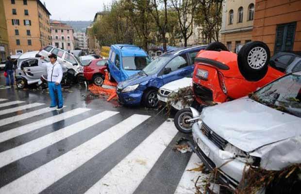 Carros empilhados na rua após cheia do Rio Bisagno, no centro de Gênova, nesta sexta-feira (4) (Foto: AFP)