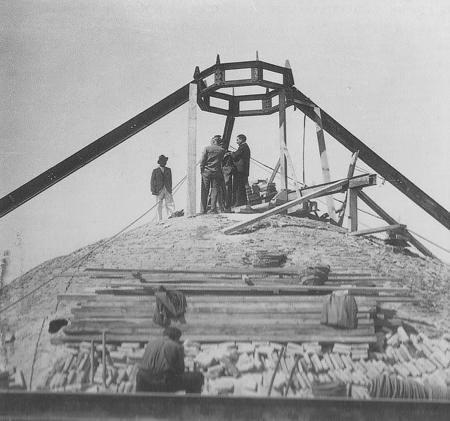 Restauración de la cúpula del Hospital Tavera a mediados del siglo XX. Foto Rodríguez