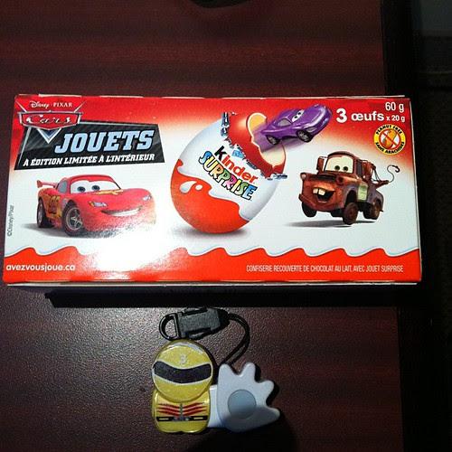 ホテルの近くのドラッグストア的なところで買っちゃった、カーズ2のチョコエッグ。3つ入ってるみたいだけど、どれが当たるかな?