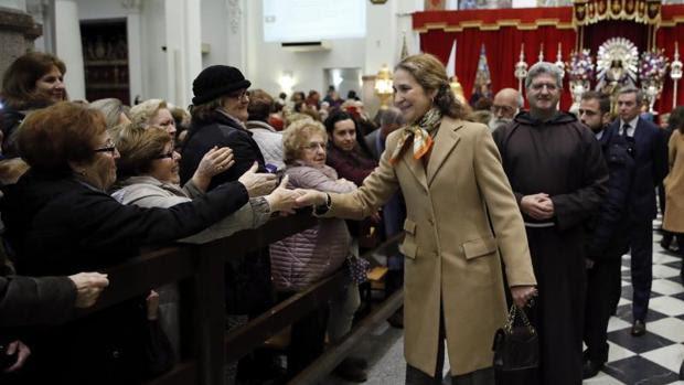 La infanta Elena saluda a los feligreses de la basílica del Cristo de Medinaceli (Madrid)