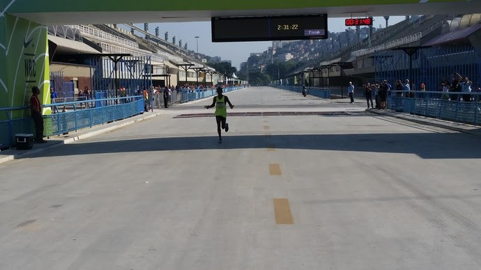 Márcio Barreto da Silva sofre com o calor, mas vence o evento-teste da maratona (Foto: Marcello Pires)