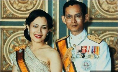 普密蓬与王后诗丽吉年轻的照片。
