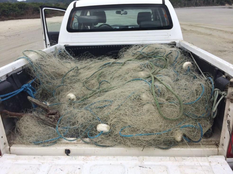 Rede de pesca encontrada na Praia da Fazenda (Foto: Peterson Grecco/TV Vanguarda)