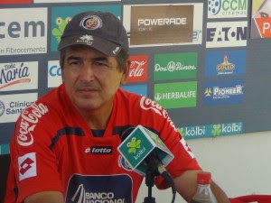 Jorge Luis Pinto cambia de papel y entrevista a la prensa