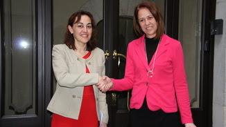 Sílvia Paneque i Marta Madrenas encaixen mans en la compareixença per explicar l'acord CiU-PSC a Girona (ACN)