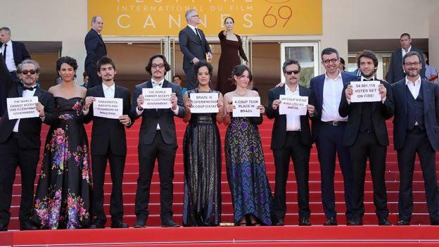 Artistas de Aquarius protestam em Cannes