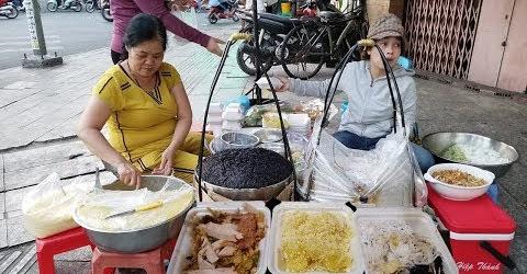 Gánh xôi hơn 20 năm trên vải hè Sài Gòn, 3 người bán mới kịp