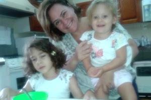 Júlia Marcheti Ferraz (esq.) voltou para casa após cirurgia nos EUA