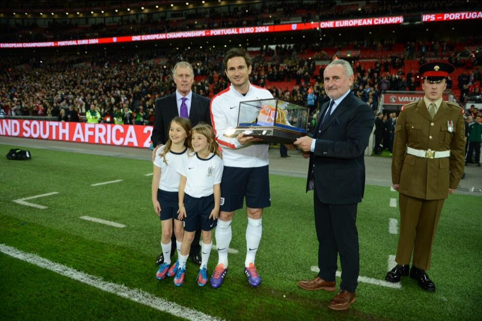 2JSVjvz 100 not out! Frank Lampard receives his golden cap on the pitch before England v Chile