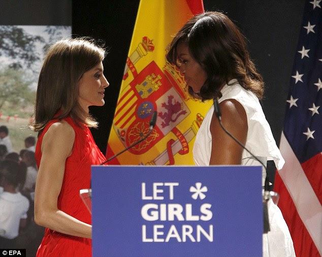 """Michelle disse à sua audiência: """"Cada um de nós tem o poder ea obrigação de ser um campeão para as meninas ao redor do mundo. '  Ela instou a audiência a levantar-se para as desigualdades eles também podem enfrentar no local de trabalho ou na escola"""