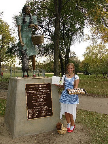 Dorothy at Oz Park giving away free Swirlz Cupcakes