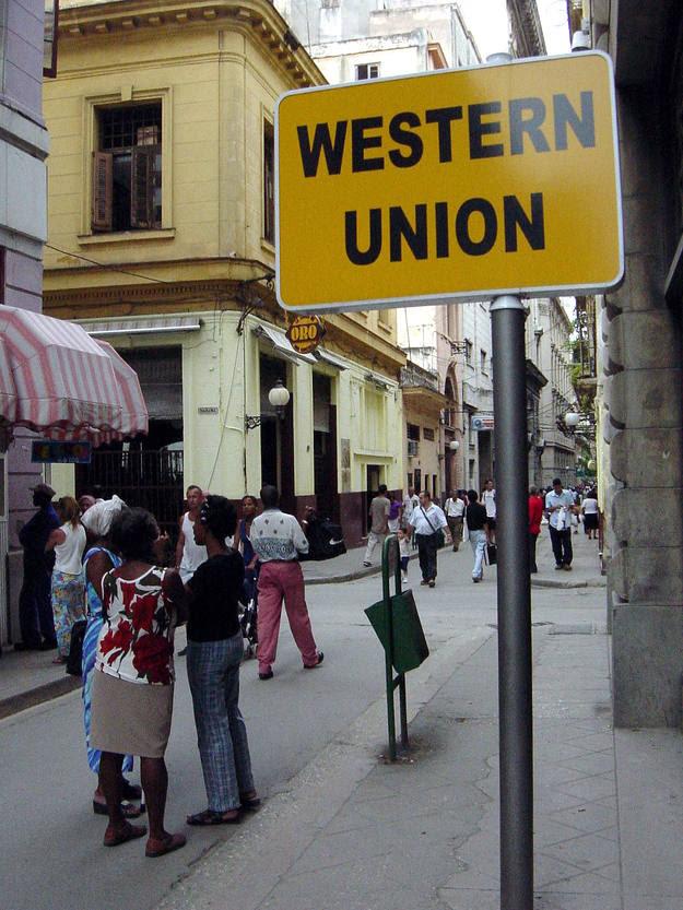 Cartel de una oficina de cambio de divisas en una calle de La Habana