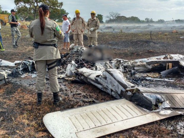Avião caiu durante voo panorâmico em Corumbaíba, em Goiás (Foto: Divulgação/Corpo de Bombeiros)