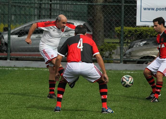 Bandeira de Mello disputa jogada  (Foto: Gilvan de Souza / Flamengo)