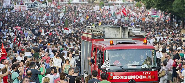Un camión de bomberos en la manifestación de Madrid. | Gonzalo Arroyo