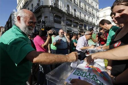 Consulta sobre los recortes, la reforma educativa y el decreto de becas, ayer en las calles de Madrid.
